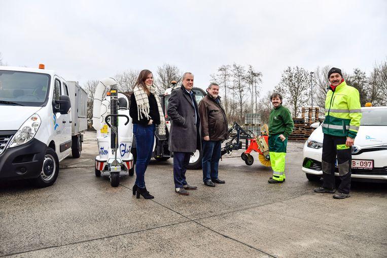 Schepenen Lotte Peeters en Koen Mettepenningen stellen in het bijzijn van de burgemeester en enkele gemeentearbeiders de voertuigen trots voor.