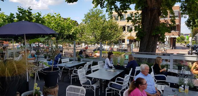 Het terras van De Lindenhof is ook bij regen of felle zonneschijn goed te benutten.