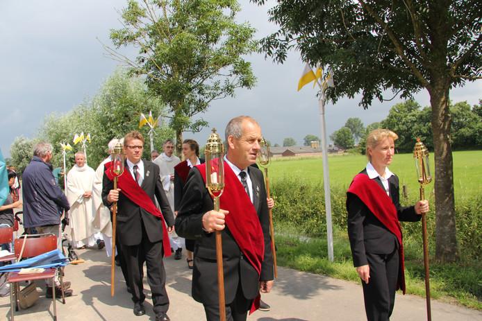 Vooraf gegaan door de flambouwdragers van het Sint Jansgilde vertrekken de voorgangers van eucharistieviering