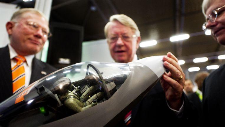Minister van Defensie Hans Hillen (M) bekijkt een replica van de JSF. © ANP Beeld