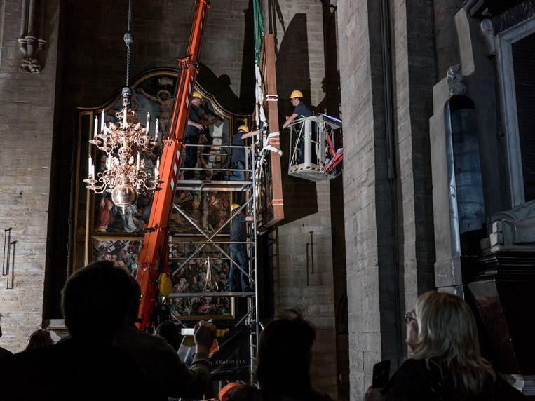 Linköping, Zweden. 10 April, 2018. Het ontmantelen en inpakken van het Laurentius-altaarstuk van Maarten van Heemskercken voor de tijdelijke tentoonstelling van het meesterwerk in de Grote Kerk van Alkmaar. Beeld Pascal Vossen