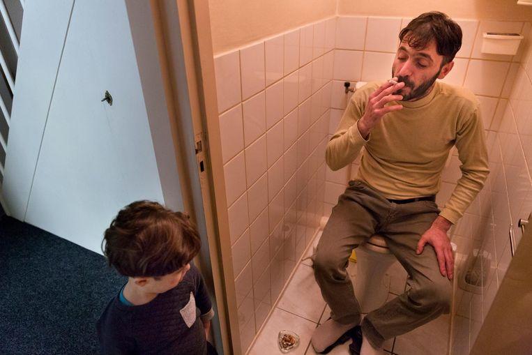 Aiman rookt een sigaretje op het toilet. Beeld Inge van Mill