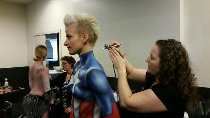 Model Nouska van Loon krijgt, zeer toepasselijk, een Americain style outfit op haar lichaam geschilderd door Sandra Rijke.