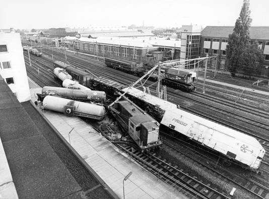 Een ontspoorde chloortrein op 13 mei 1971 in Tilburg.