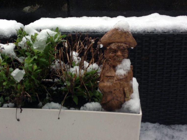 Ook dit leuke standbeeldje van voormalig burgemeester Louis Tobback (sp.a) werd bedolven onder de sneeuw maar de dooi bracht daar al snel verandering in.