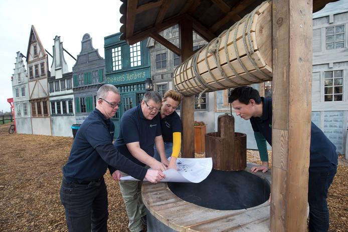 Jolanda Hettinga bekijkt met Roy Heymen, Remio Dreuning en Bram Derksen de plattegrond van het Horsterpark tijdens de Dickensdagen.