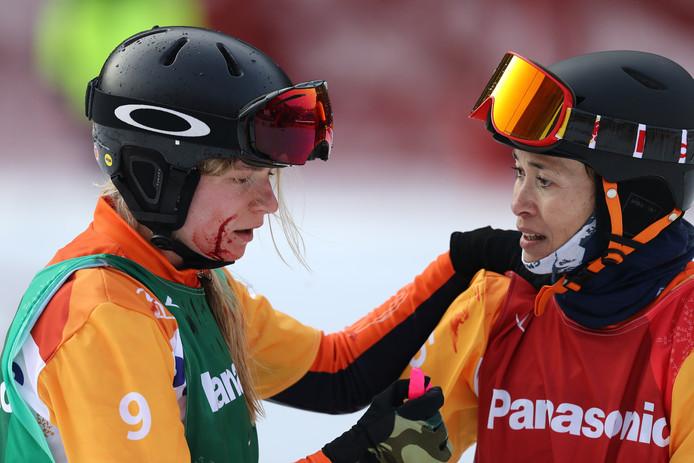 Bibian Mentel (rechts) troost Lisa Bunschoten, die na een val in de finale naar het ziekenhuis moest.