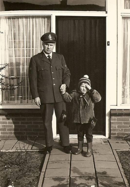 Jan van Kuik als douanier, met zijn jongste zoon Hans.