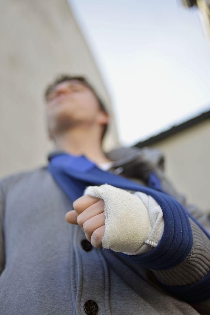 Jordy brak zijn elleboog. Door de pijn van de klappen merkte hij niet dat hij ook in zijn been werd gestoken.