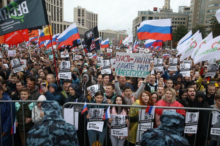Aanhangers van student Jegor Zjoekov vragen om zijn vrijlating bij een demonstratie vorige maand in Moskou. Beeld Getty Images/Maxim Sjemetov
