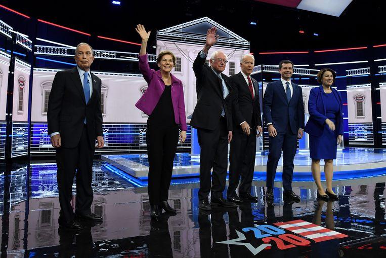 Michael Bloomberg, Elizabeth Warren, Bernie Sanders, Joe Biden, Pete Buttigieg en Amy Klobuchar voorafgaand aan het debat.  Beeld null