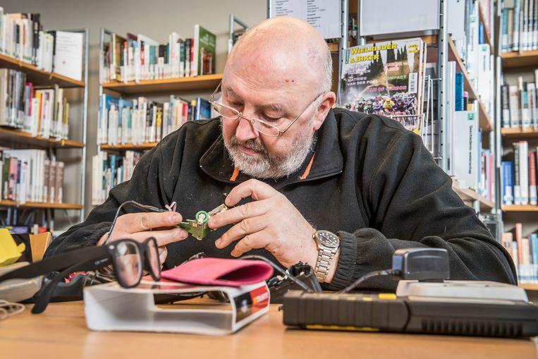 Tijdens het repair café in de bib van Pittem werd ook elektronica hersteld.