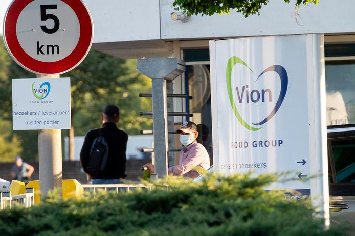 Een personeelslid arriveert met mondkapje op bij Vion.