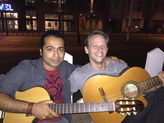 Mohsen en Ron herkenden The Boss niet toen hij een nummer meespeelde in The Hub
