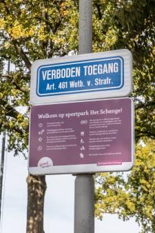 Politie bekeurt drie personen op sportpark in Goes, dat verboden terrein is vanwege coronavirus