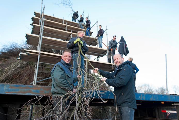 Bart Haverslag en Arjan Hakkert bij het opbouwen van de paasbult in Dijkerhoek.