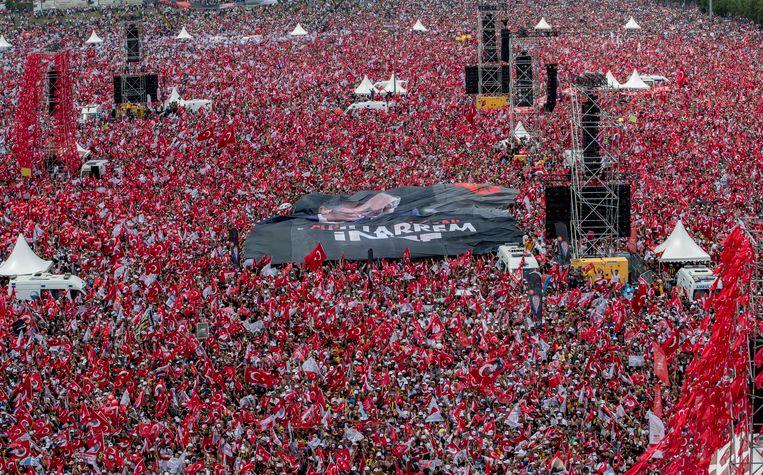 Aanhangers van de Turkse presidentskandidaat Muharrem Ince tijdens een toespraak in Istanboel.