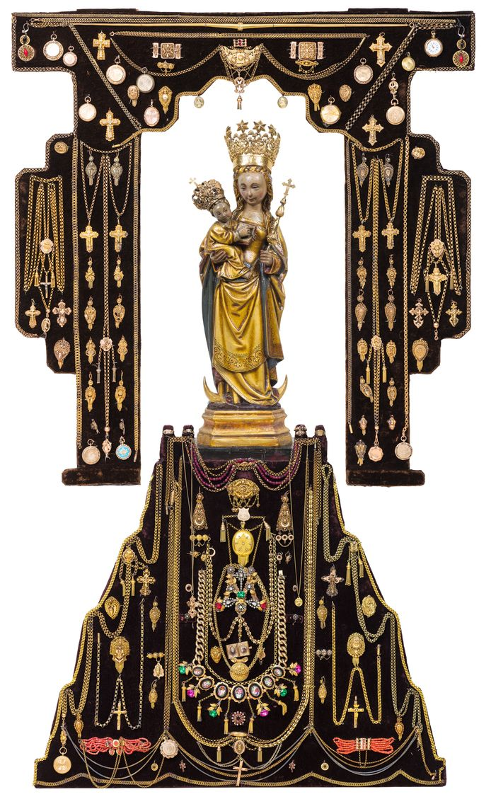 Het beeld van Onze Lieve Vrouw ter Linde (1525), omringd door pia vota.