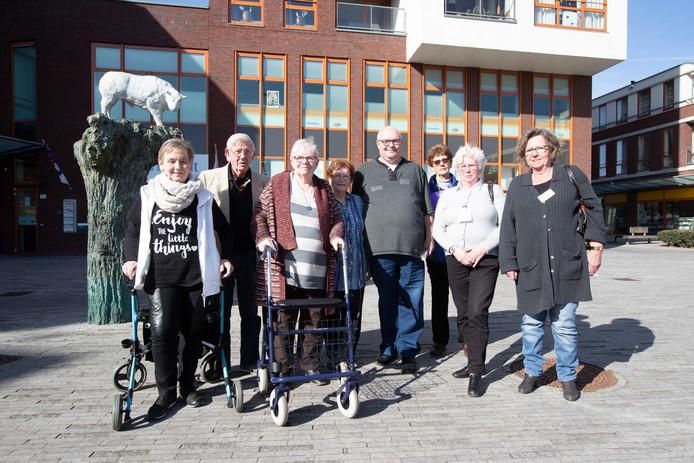 Bewoners van de wijk Waterkwartier voor het wijkcentrum Waterkracht.