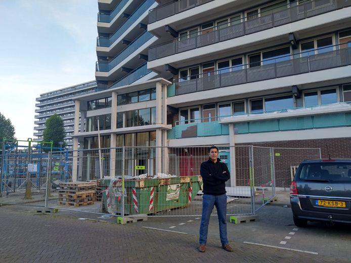 Zwijndrechtenaar Mohammed Benzakour voor de flat aan het P.J. Oudplein: ,,Ik was een vluchteling in eigen land.''
