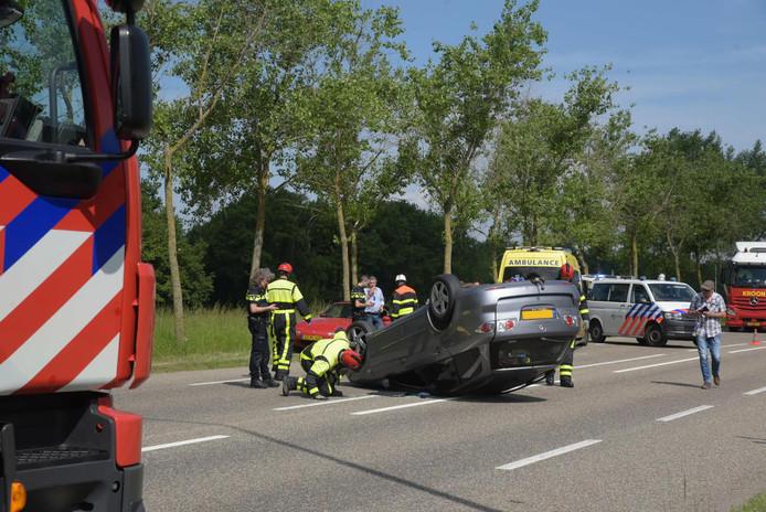 Auto belandt op kop in Klundert.