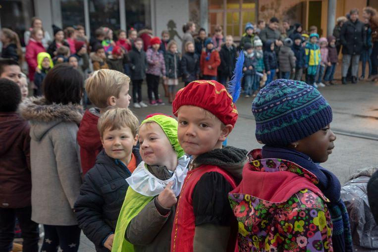 Sinterklaas te gast in Sint Theresia school Overbeke.