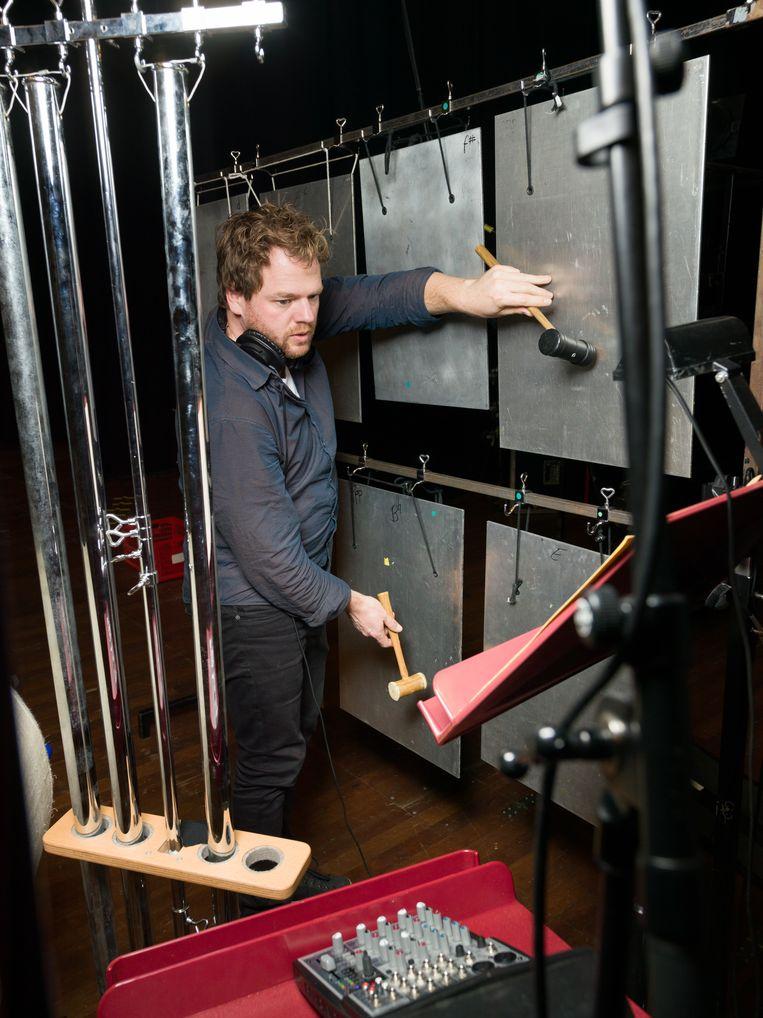 Een van de musici van het Noord Nederlands Orkest tijdens de repetities. Beeld Ivo van der Bent