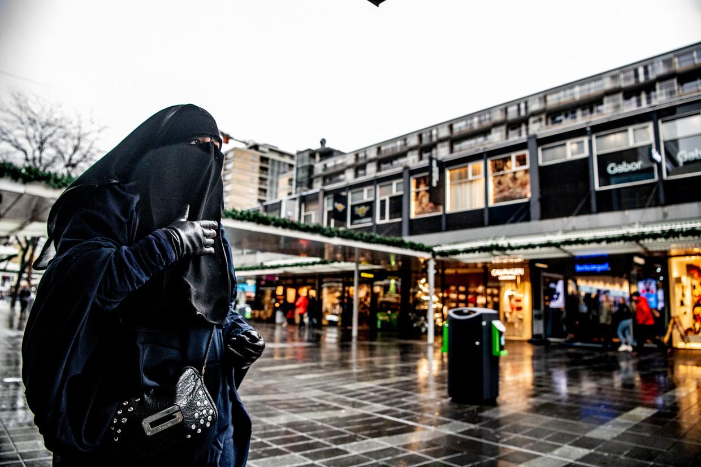 Een vrouw in een boerka in Rotterdam.