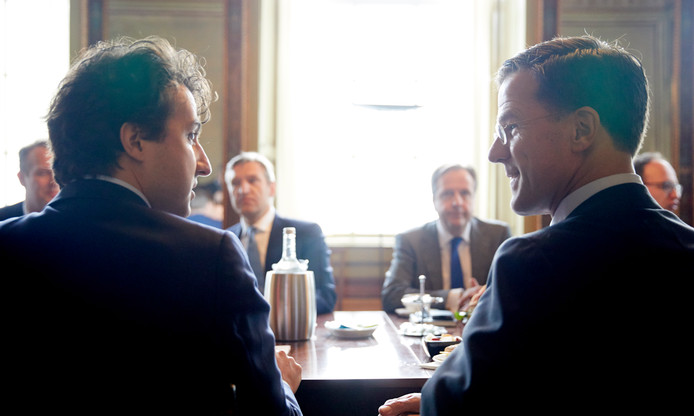 Voorgrond: Jesse Klaver (links) en Mark Rutte (rechts) tijdens een van de onderhandelingen tijdens de afgelopen kabinetsformatie. Achtergrond: Sybrand Buma (Links) en Alexander Pechtold (rechts).
