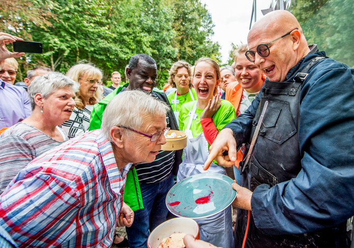 De bewoners van Ipse de Bruggen reageren enthousiast op de culinaire verhalen van tv-kok Pierre Wind.