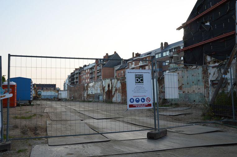 Op de site 'Ideal Shop' in de Burchtstraat wordt de grond gesaneerd.
