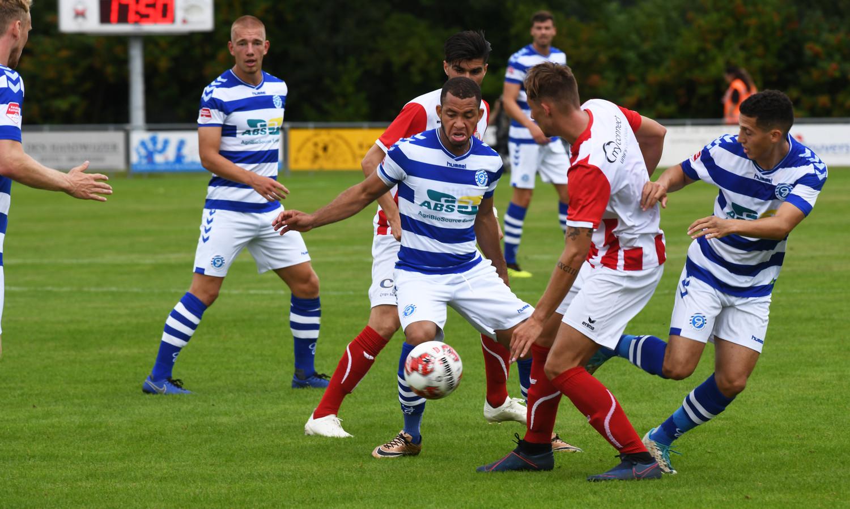 De Graafschap-middenvelder Gregor Breinburg probeert de bal te controleren.