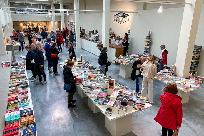 Een gezellige drukte heerste in boekenwinkel Stad Leest bij de opening op Oudaan.