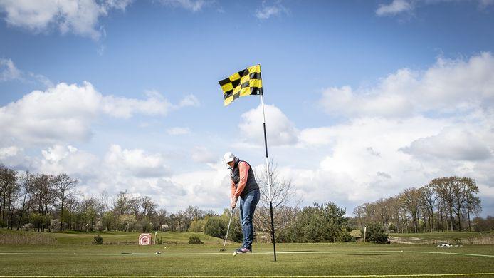 Golfbaan De Koepel ligt nabij de Wierdense burgemeesterswoning. 'Zijn die mensen op de golfbaan niet te vertrouwen...', vraagt een inwoner zich af, die moeite heeft met de 10.500 euro die de gemeente uittrekt voor het beveiligen van het huis.