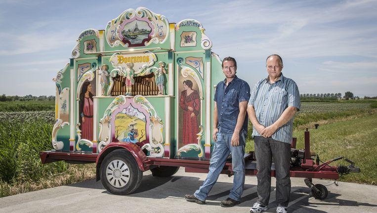 Zico van Pareen en Henk ten Hoeve blijven voorlopig stug orgeldraaien. Beeld Dingena Mol