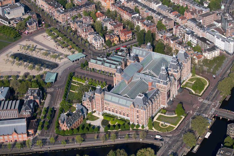 Het anders zo drukke gebied rond het Rijksmuseum en Museumplein was in april grotendeels verlaten. Beeld ANP