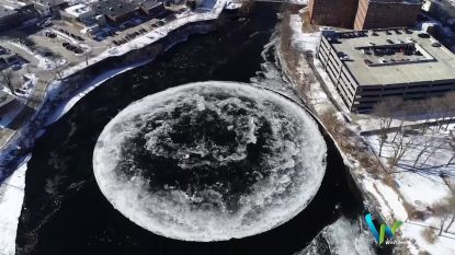 VIDEO. Bijzonder fenomeen: ijsschijf van maar liefst 90 meter breed draait rond op rivier