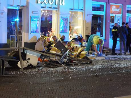 Auto rijdt in op terras in Deventer: meerdere gewonden, één aanhouding