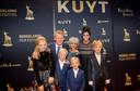 De hoofdrolspeler bij de première van KUYT met zijn vrouw Gertrude (r), zijn kinderen en in het midden Deborah van Dam, de regisseuse van de film.