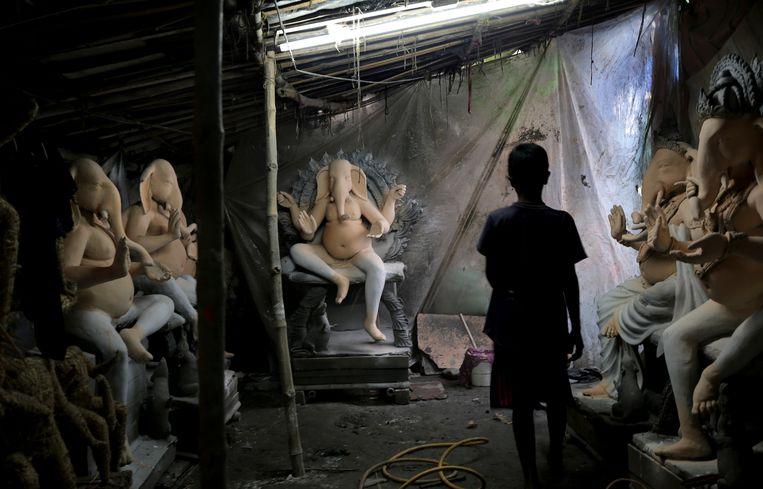 Er wordt hard gewerkt aan beelden van  Ganesha voor het Ganesha-festival in Kolkata, India. De god met het olifanthoofd staat voor wijsheid, welvaart en goed geluk. De laatste jaren is er meer kritiek op de traditie om de beelden die vaak zijn gemaakt van milieubelastend materiaal aan het einde van het festival te water te laten in de lokale rivier.  Beeld EPA