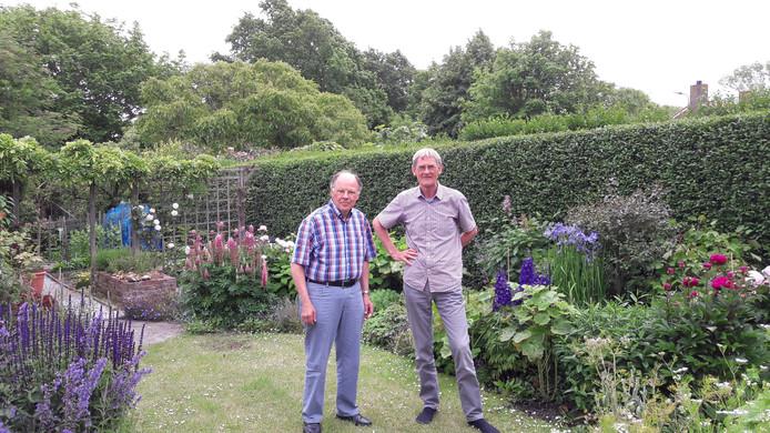 Secretaris Hans Crijnen (links) en voorzitter Frans de Reeper van de Stichting Behoud en Beheer Nollebos/Westduinpark.