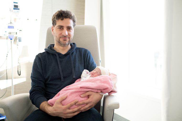 Saher Aldabas toont trots zijn dochter Joudi, die werd geboren op 25 december, net als één van haar broers.