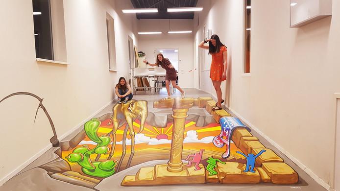 Het kunstwerk in het Udens College is pas af als er mensen op staan. Zo blijkt.