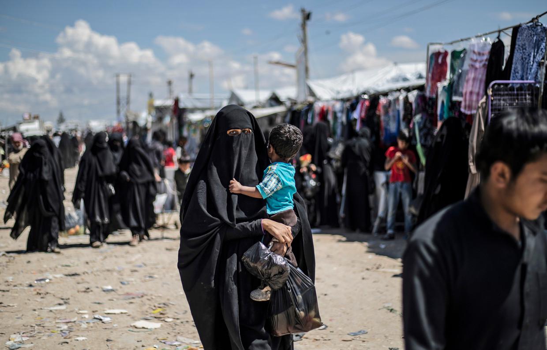 Een vrouw met haar kind in kamp Al-Hol in het noordoosten van Syrië.