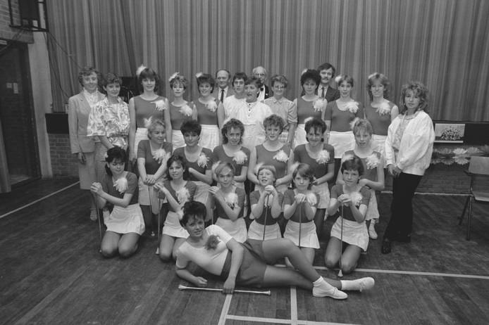 Thom van Amsterdam maakte in 1985 een groepsfoto van deze majorettes. Herkent u ze? Kon u ook zo goed 'zwaaien met de zwiepstok', oftewel baton? We kijken uit naar uw reacties.