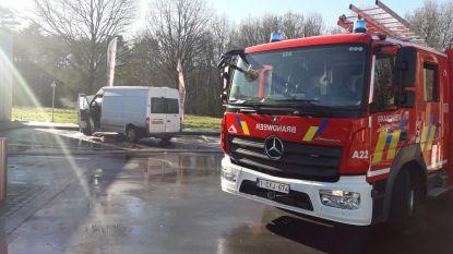Bestelwagen vat vuur naast benzinestation: ramp vermeden