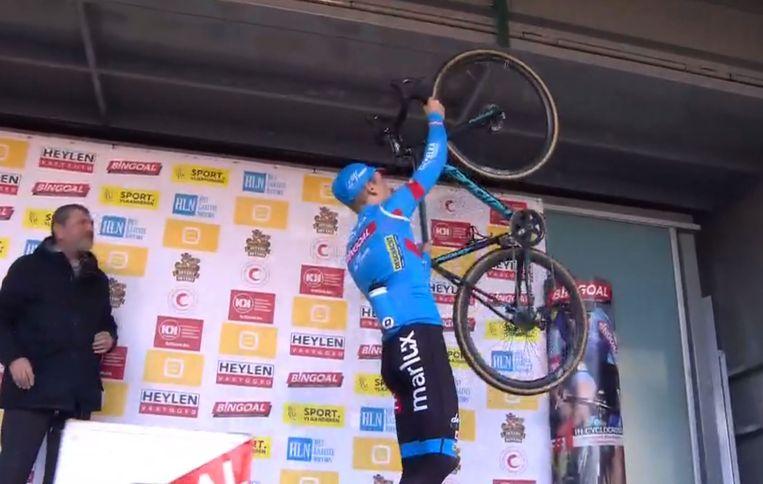 Pauwels hing zijn fiets letterlijk aan de haak na zijn zege.