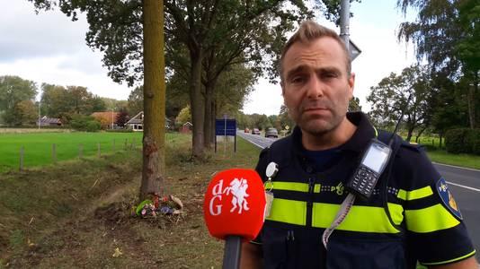 Politieagent Sjoerd Helder op de plek langs de Velswijkseweg in Doetinchem, waar woensdag een fataal ongeval plaatsvond.