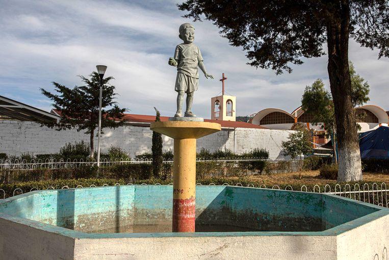 Het beeld van El Niño Cero in het dorp La Gloria. Beeld  Alejandro Cegarra