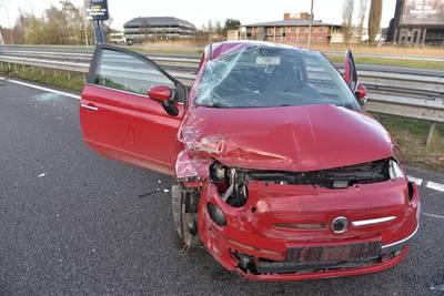 Auto slaat over de kop op A27 bij Breda, verkeer over vluchtstrook geleid